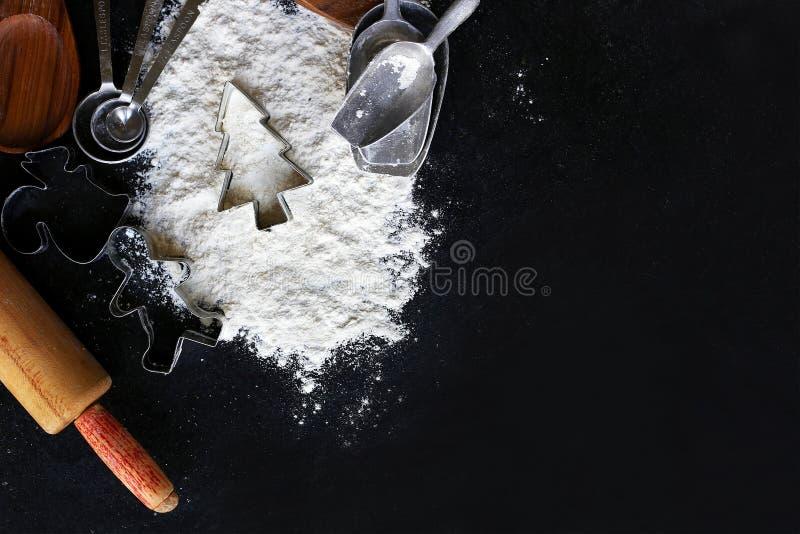 Approvisionnements de cuisine et de cuisson de Noël encadrant l'ardoise noire Backgr photo stock
