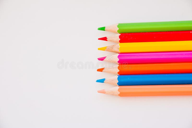 Approvisionnements de dessin : crayons assortis de couleur, d'isolement sur le fond blanc Crayons color?s De nouveau ? l'?cole r? image libre de droits