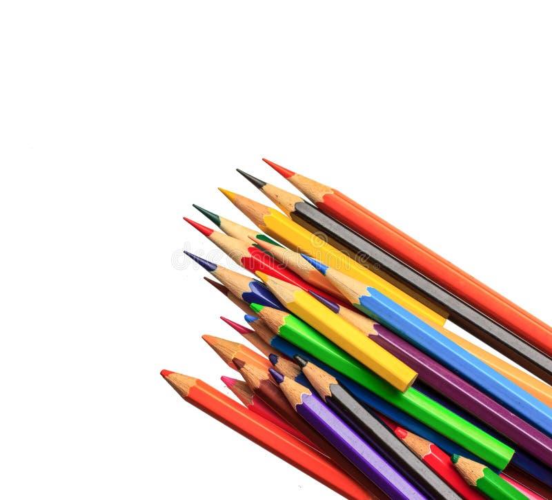 Approvisionnements de dessin : crayons assortis de couleur sur le blanc image stock