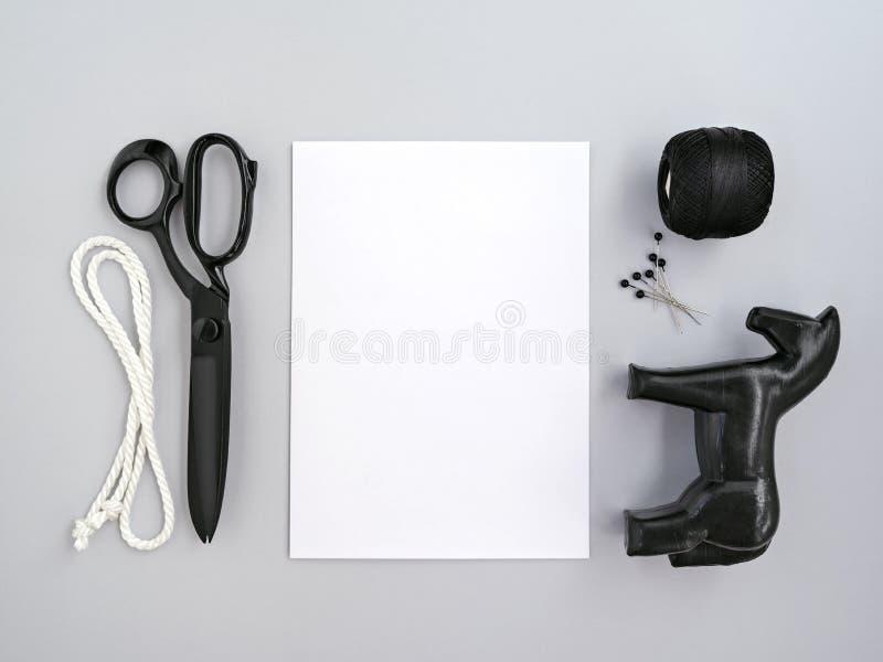 Approvisionnements de statuette et de métier de cheval près de feuille de papier images stock