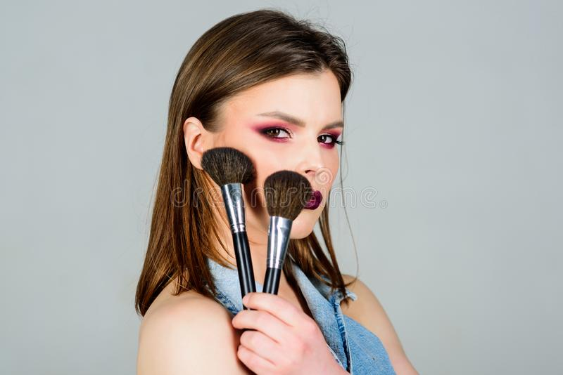 Approvisionnements professionnels de maquillage Concept de maquilleur Soulignez la f?minit? La fille appliquent des fards ? paupi photo stock