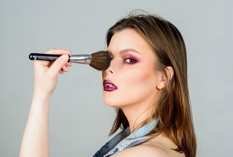 Approvisionnements professionnels de maquillage Diff?rents balais Soin de peau Concept de cosm?tiques de maquillage Crayon correc photos stock