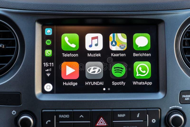 Apps de Apple CarPlay en la pantalla en tablero de instrumentos del coche fotos de archivo libres de regalías