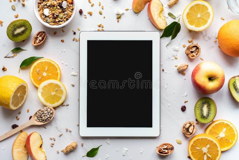 Apps do tablet pc de Digitas para cozinhar o plano da dieta, alimento saudável fotografia de stock royalty free