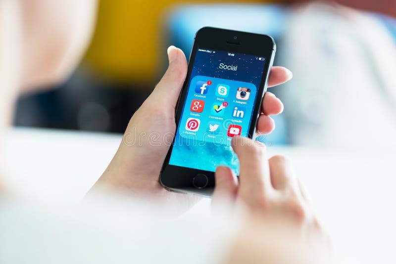 Apps sociais dos meios no iPhone 5S de Apple fotografia de stock