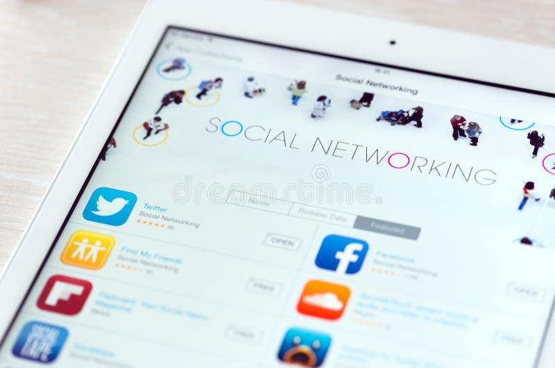 Apps sociais dos trabalhos em rede no ar do iPad de Apple foto de stock royalty free