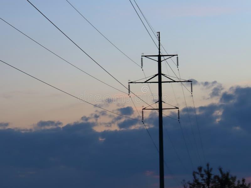 appui électrique contre la soirée photo stock