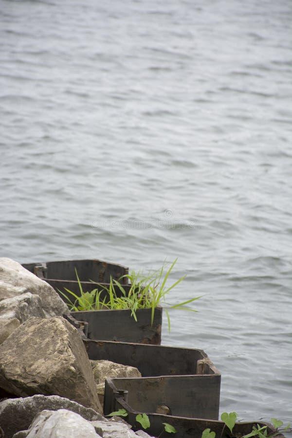 Appuis de mur de soutènement avec l'élevage d'herbe photographie stock libre de droits