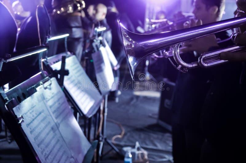 Appuntamenti musicali per orchestra Prestazioni sul palco di un'orchestra sinfonica d'ottone fotografia stock libera da diritti