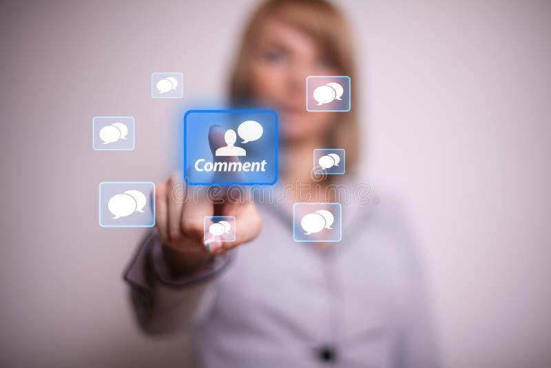 Appuyer sur le bouton net social avec une main photo libre de droits