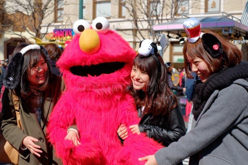 Appy azjatykcie dziewczyny biorą strzał z sesame street Elmo w universal studio Japonia USJ, Osaka, Japonia obraz royalty free