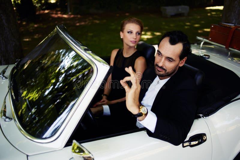 Appy man Ð  en vrouw die van het leven genieten stock foto's