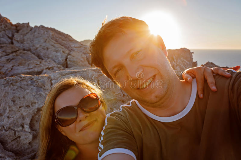 Appy podróżna para robi selfie gór tłu obraz royalty free