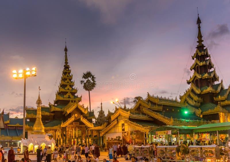 Après coucher du soleil à un temple occupé image stock
