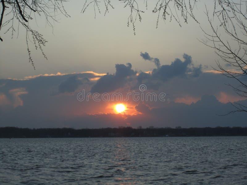 Après le coucher du soleil de tempête de chute au-dessus de l'île Michigan de Grosse photo stock