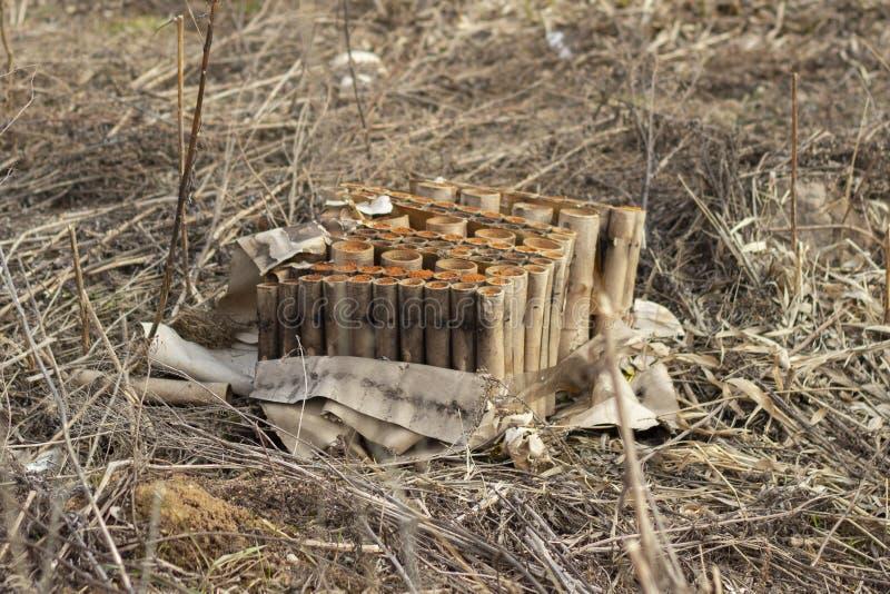 Après les vacances, la pelouse pleine du paquet vide de feu d'artifice de carton et la coquille Restes de la pyrotechnie de feux  photos stock