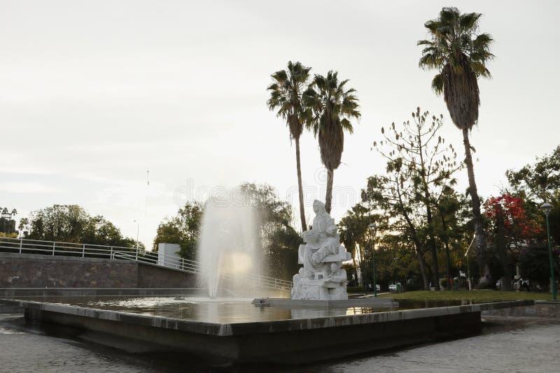 Apr?s-midi dans la fontaine du Hidalgo de Parque, L?on, Guanajuato Vue faisante le coin photo stock