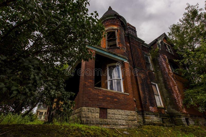 Après-midi sombre d'été - Chambre abandonnée photographie stock