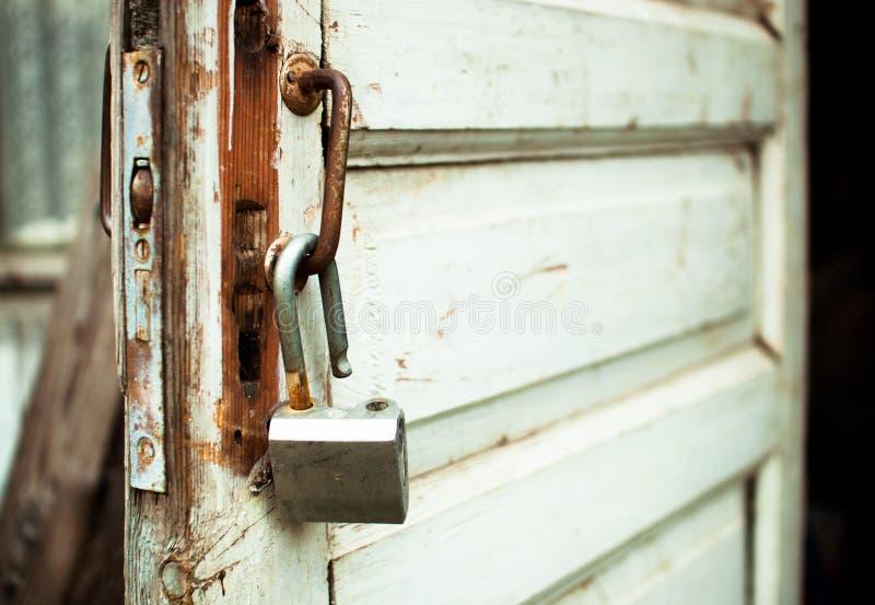 Download Apra Arrugginito Fissano Una Vecchia Porta Fotografia Stock - Immagine di rustic, materiale: 56875790