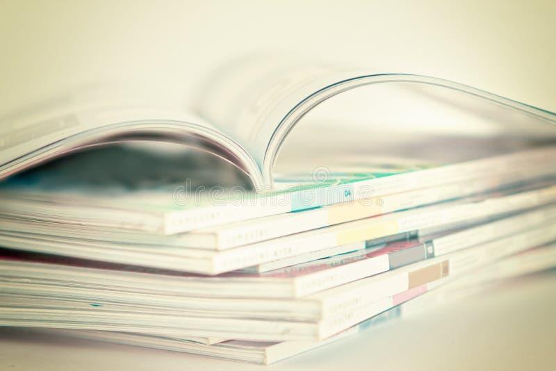 Apra ed impilamento delle riviste fotografia stock
