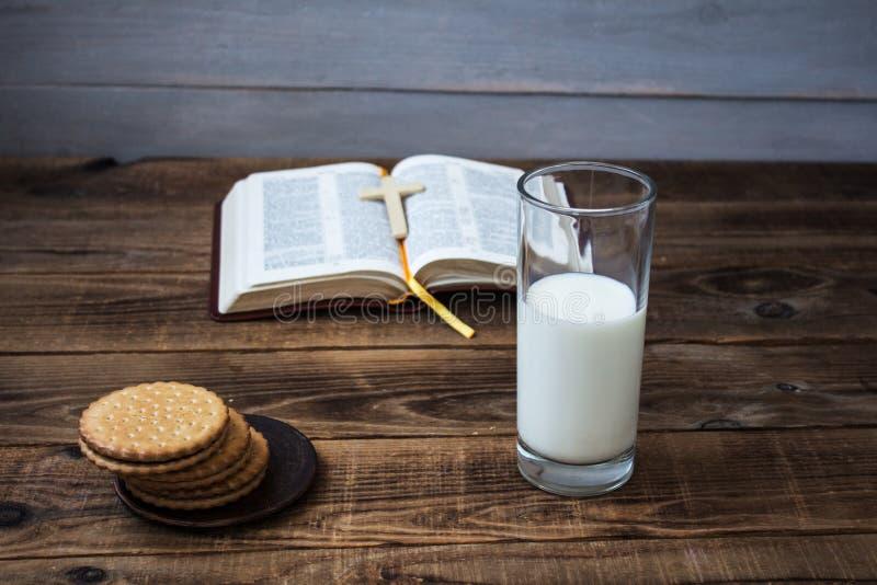 Apra i biscotti ed il latte della bibbia immagini stock