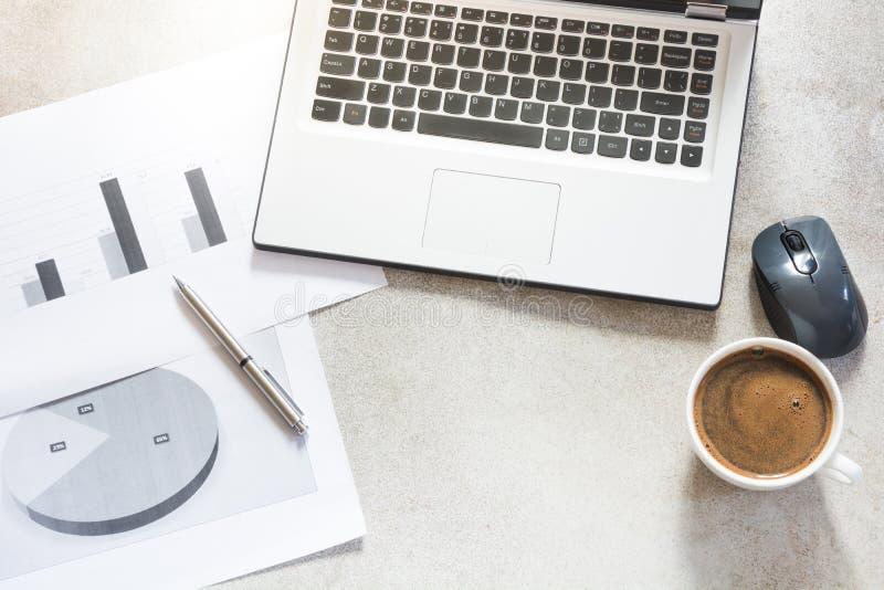 Apra il computer portatile, la documentazione, i rapporti, la pianificazione e la tazza di caffè nero Vista superiore con lo spaz fotografia stock libera da diritti