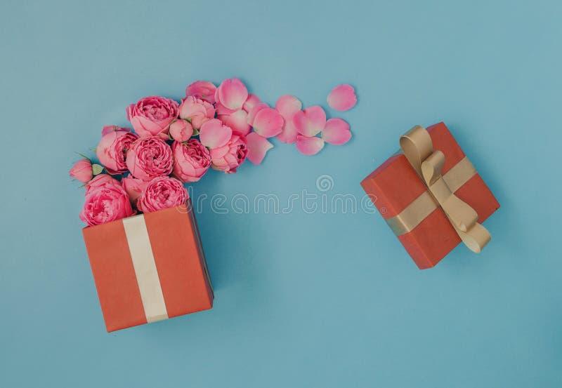 Apra il contenitore di regalo rosso in pieno delle rose rosa fotografia stock libera da diritti