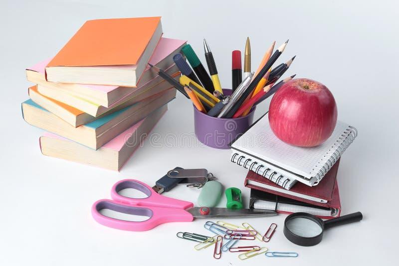 Apra il diario ed i rifornimenti di scuola colourful su un fondo bianco immagine stock