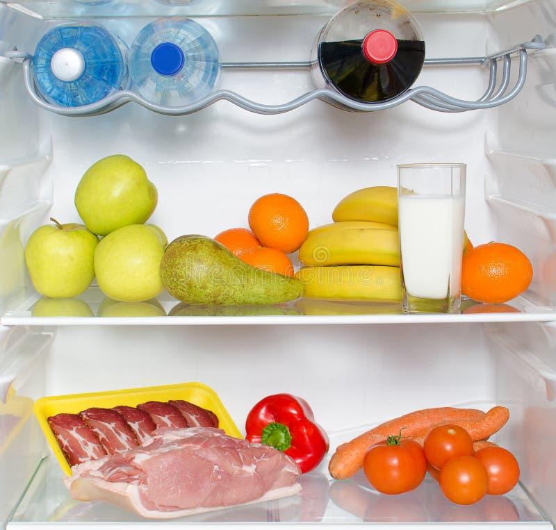 Apra il frigorifero in pieno della frutta fotografia stock libera da diritti