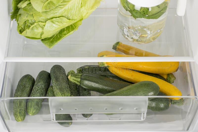 Apra il frigorifero in pieno della frutta e delle verdure fresche immagine stock libera da diritti