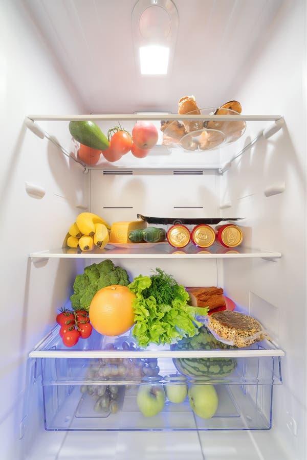 Apra il frigorifero in pieno di alimento fotografia stock libera da diritti