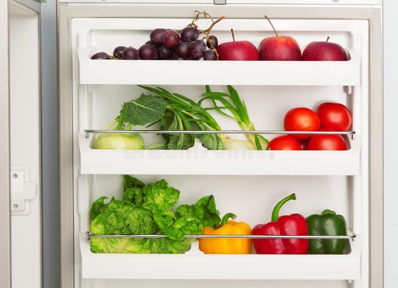 Apra il frigorifero in pieno di frutta e delle verdure fresche fotografia stock libera da diritti