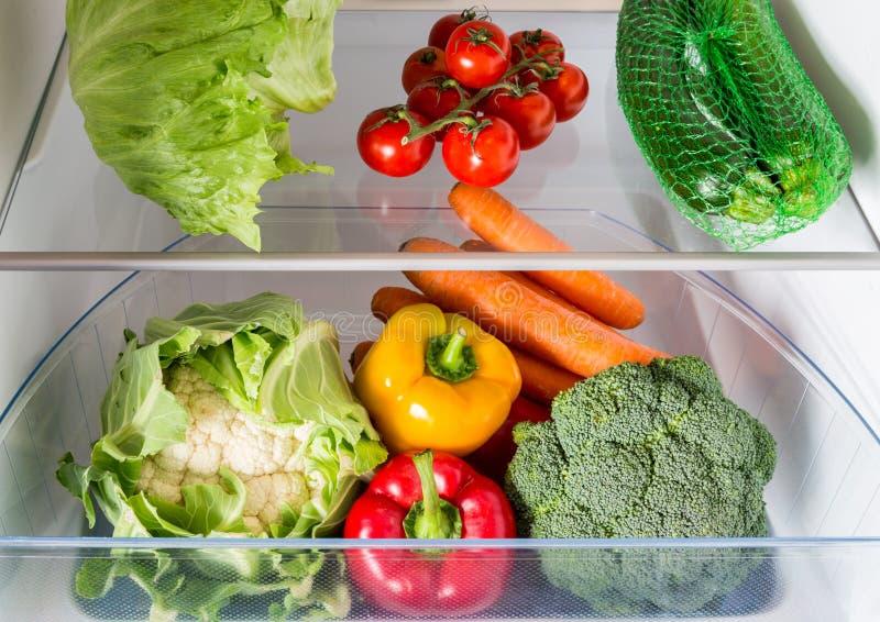 Apra il frigorifero riempito di frutta e di verdure immagini stock libere da diritti