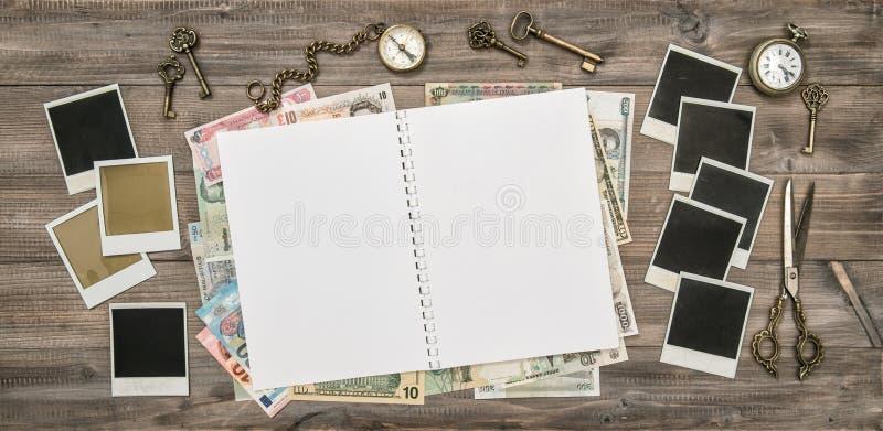 Apra il giornale di viaggio, le strutture della foto della polaroid, denaro contante fotografie stock libere da diritti