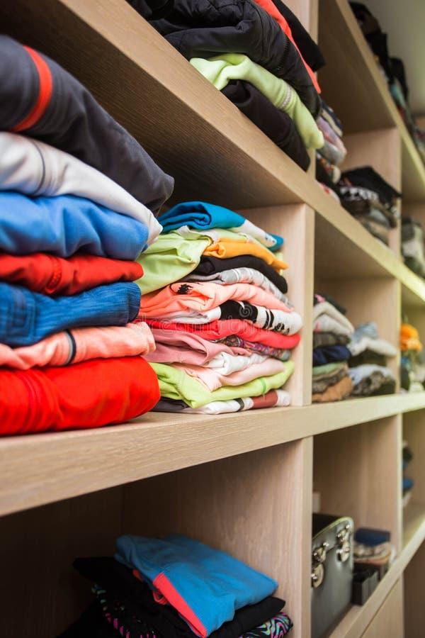 Apra il guardaroba con i lotti dei vestiti piegati immagini stock