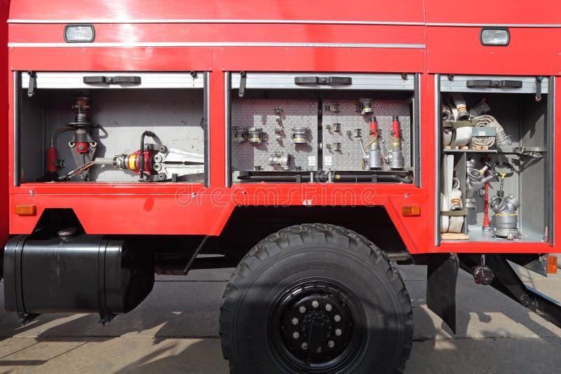 Apra il lato con l'attrezzatura dell'autopompa antincendio moderna fotografia stock libera da diritti