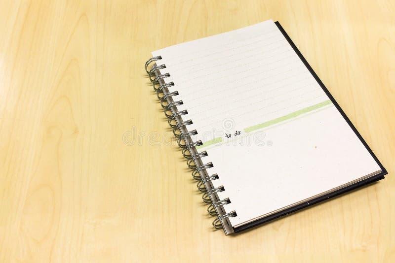 Apra il libro allineato con la pagina in bianco sulla Tabella di legno usata come modello fotografie stock libere da diritti