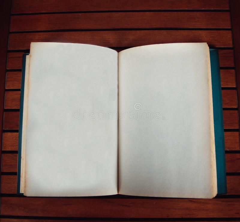 Apra il libro con le pagine in bianco immagini stock libere da diritti