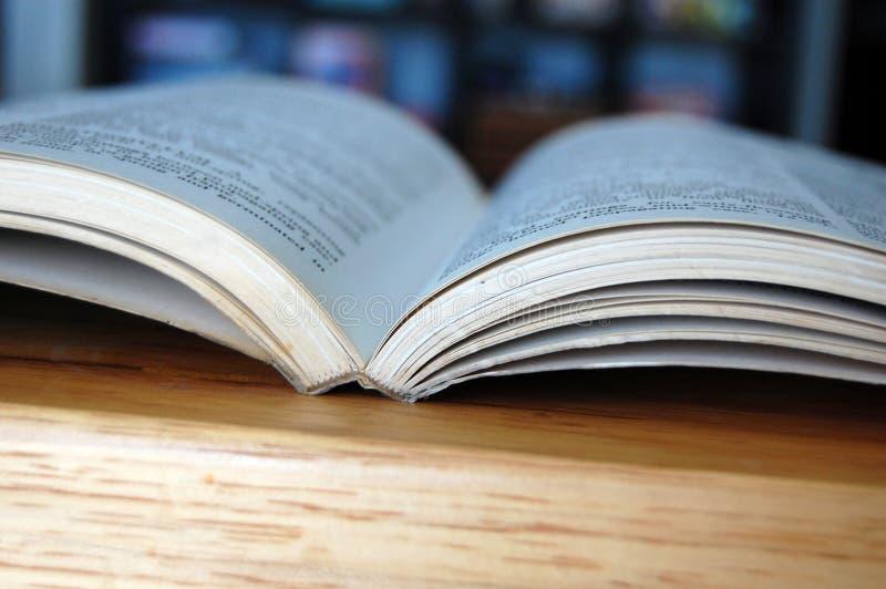 Apra il libro delle biblioteche fotografia stock