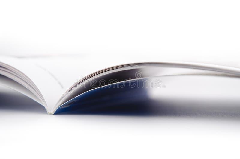 Apra il libro su priorità bassa bianca fotografia stock libera da diritti