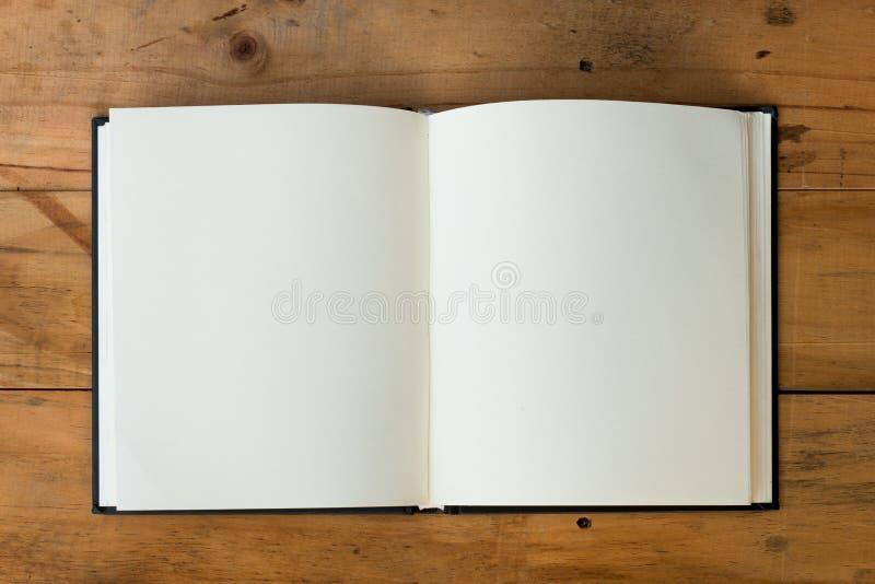 Apra il libro sulla tabella di legno immagini stock libere da diritti