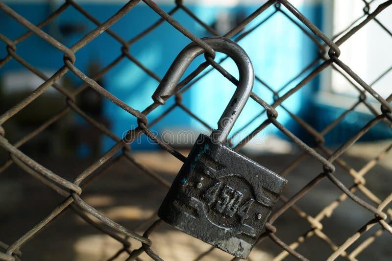 Apra il lucchetto su una griglia del metallo fotografia stock libera da diritti