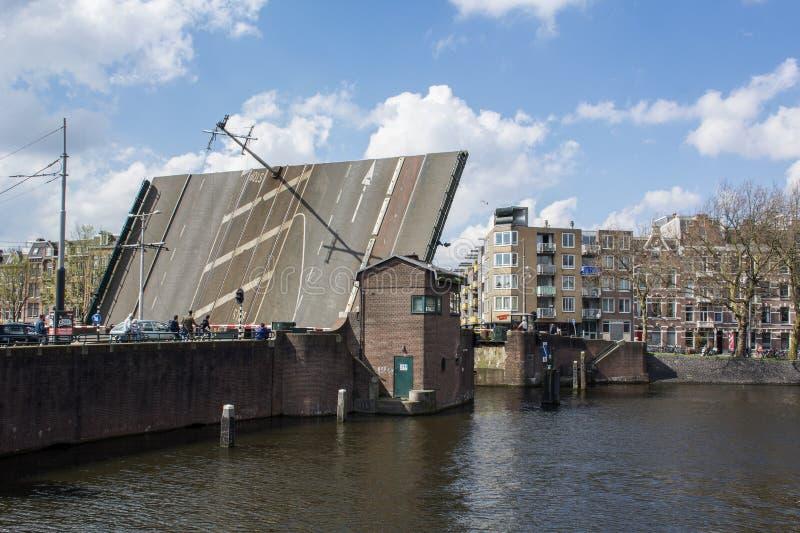 Apra il ponte nel giorno sotto il cielo blu a Amsterdam fotografia stock