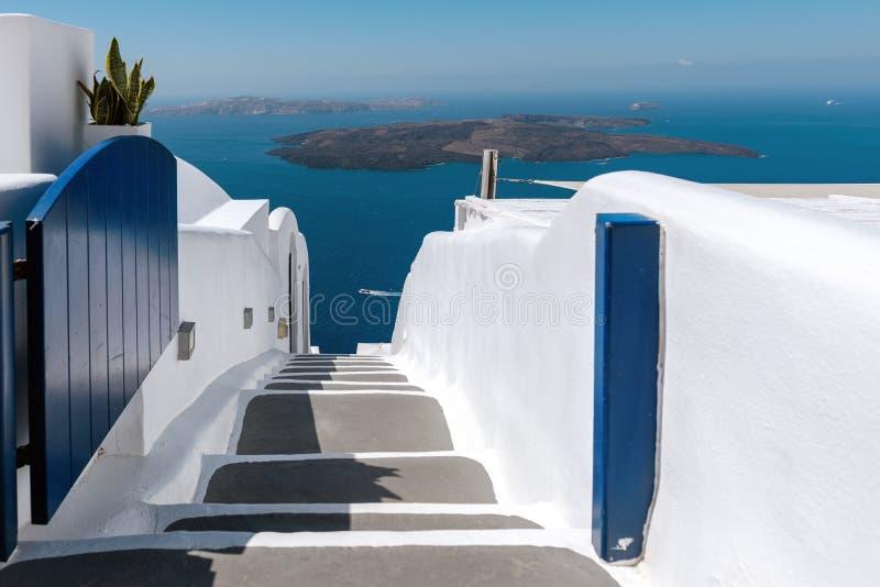 Apra il portone con la strada giù al mare all'isola di Santorini, Grecia immagine stock libera da diritti