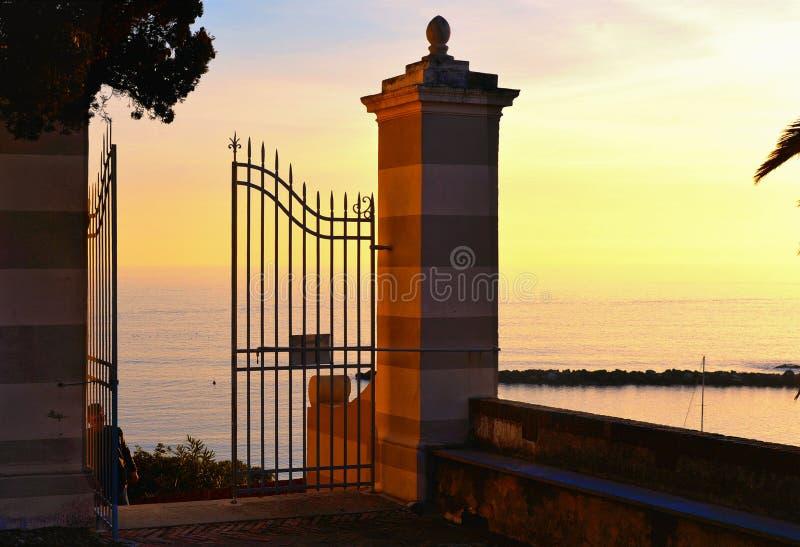 Apra il portone davanti alla vecchia chiesa in villaggio a Sestri Levante in Liguria, Italia fotografia stock libera da diritti
