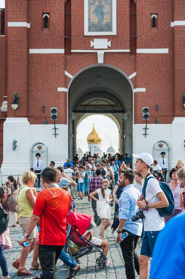 Apra il portone di Spassky del Cremlino Folle dei turisti sul quadrato rosso fotografia stock