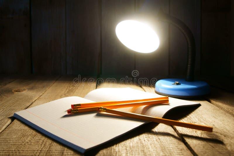 Apra il scrittura-libro ed il dispositivo immagine stock