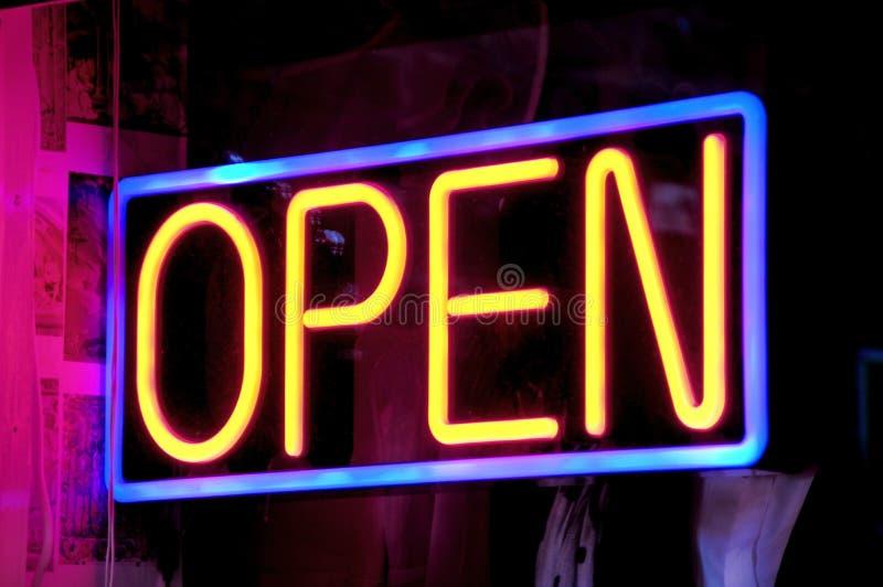 Apra il segno al neon immagine stock libera da diritti