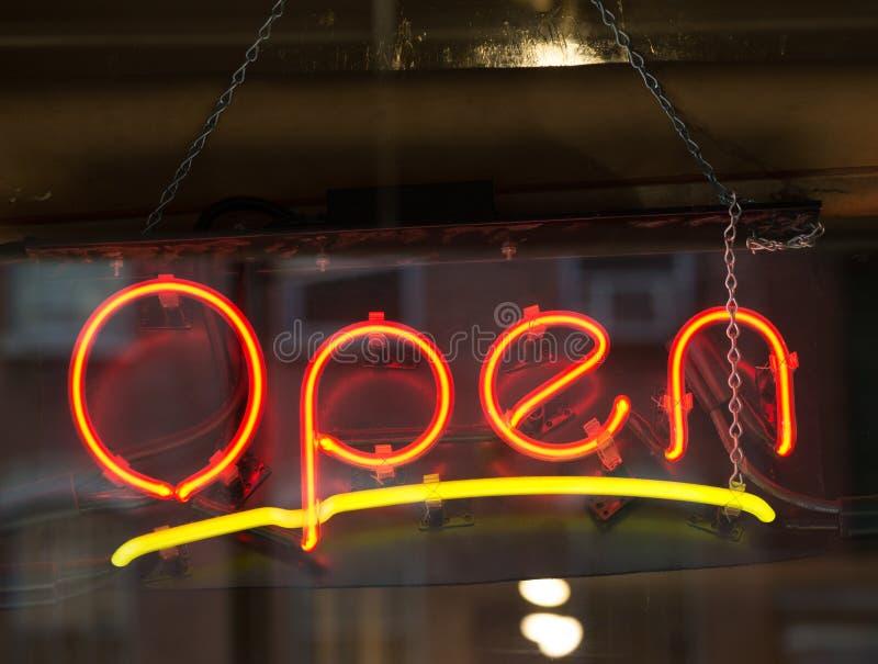 Apra il segno al neon fotografie stock libere da diritti