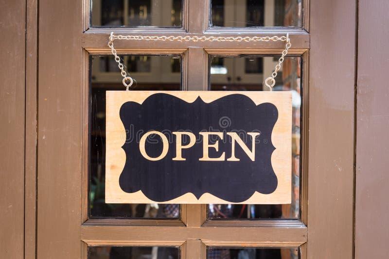 Apra il segno che appende sulla porta di lusso immagine stock libera da diritti